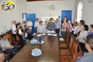 Foto prefeito repassa 30 mil pra Fada