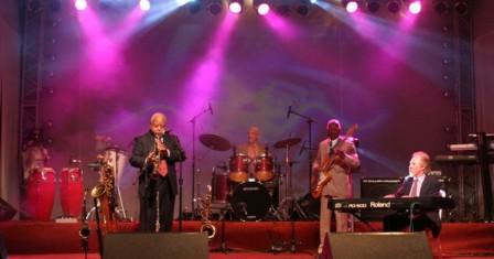 Bêjazz-on-the-Street-Conceituados-músicos-araxaenses-com-divertida-performance-em-street-jazz