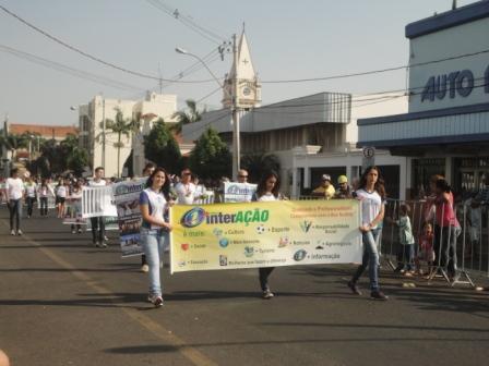 Foto Família Jornal Integração no desfile cívico