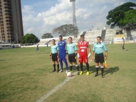 Trio de Arbitragem, tendo ao lado Fabrício Capitão do Cruzeiro e Neto Capitão do Gansinho