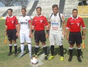 Árbitro da partida Gansinho x Atlético ladeado pelos capitães
