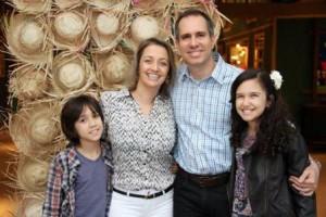 Dra Simone Cândido aolado do marido Dr. Renato e filhos