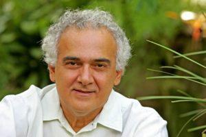 Escritor Milton Hatoum, no bar Draks, bairro de Pinheiros.